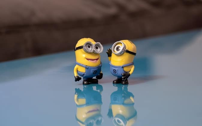 Two minions talking